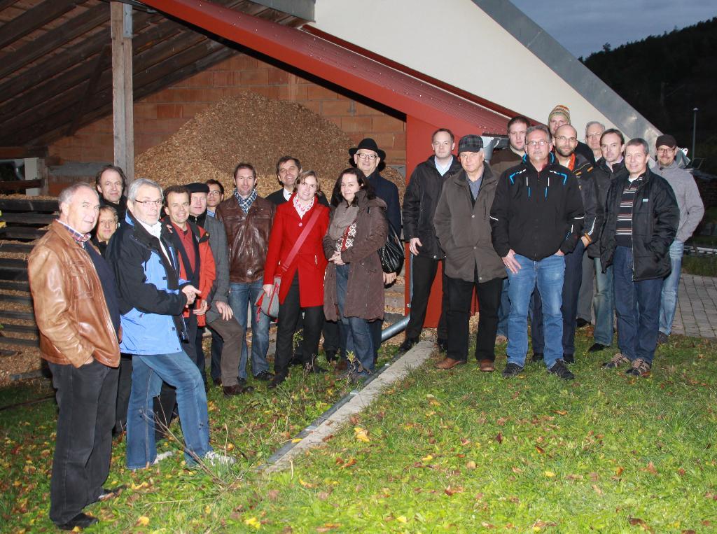Delegation mit Bürgermeistern und Gemeindemitarbeiter in leitenden Positionen aus Unterfranken, besuchen und bestaunen die Nahwärmeanlage Binsfeld, um sich Informationen und Anregungen für die eigene Kommune zu holen.